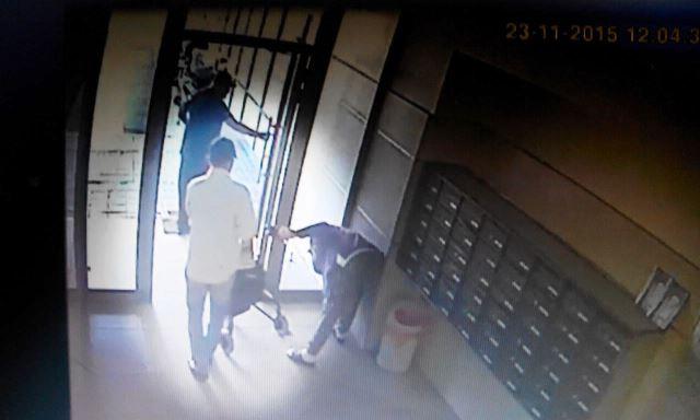 העקיצה: כשהיא מתכופפת לאסוף כסף, גונבים את תיקה (צילום מסך)