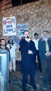 """ח""""כ לשעבר משה פיגלין בהפגנה (צילום: חוננו)"""