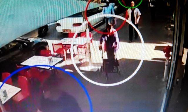 עוקבים אחריה ברחוב (צילום מסך)