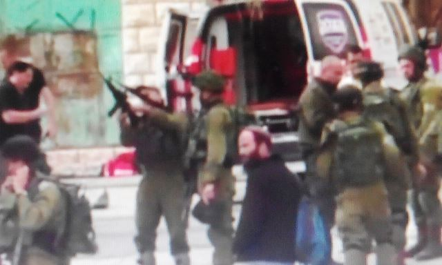 הלוחם דורך את נשקו (צילום מתעוד הווידאו)