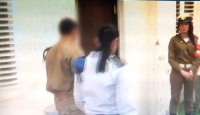 החייל מגיע לבית הדין (צילום מסך)