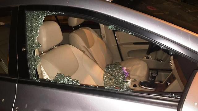 כביש 443 - חלון הרכב נופץ מאבנים
