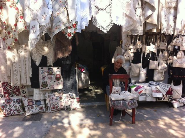 בכפר פדלה, סבתא אחת מני רבות, רוקמת ומוכרת. צילמה ענת מנדל