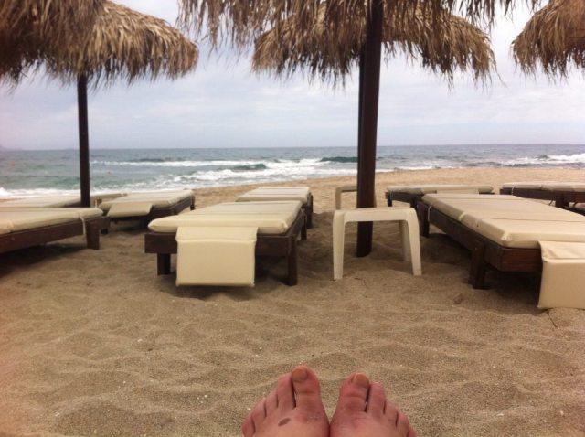 שעת בוקר בחוף. אני והגלים לפני בוא השמש. צילמה על קצות האצבעות: ענת מנדל