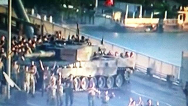 חיילים נכנעים על הבוספורוס (צילום מסך)