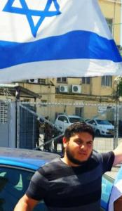 צבי יהודה - יוביל הפגנה מהבימה לקרייה (תמונה באדיבות המצולם)