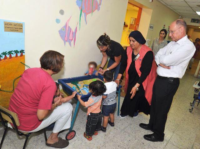 """ד""""ר ברהום מבקר במעון החינוכי שבמרכז הרפואי גליל  (צילום: רוני אלברט דוברות בית החולים)"""