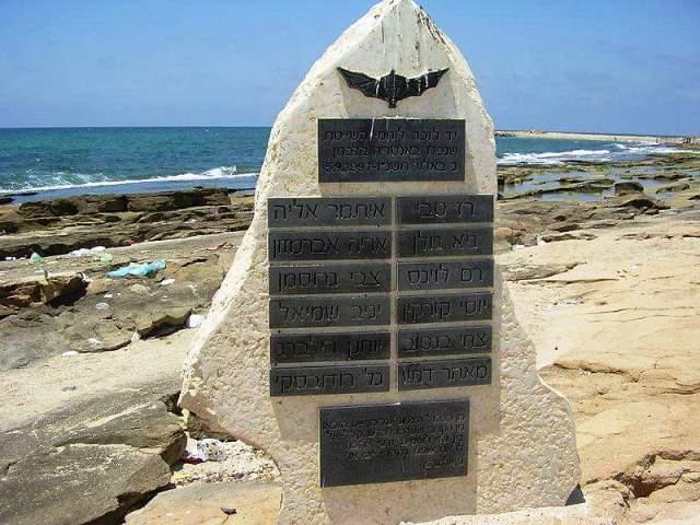 האנדרטה לזכר לוחמי השייטת בחוף שבי ציון