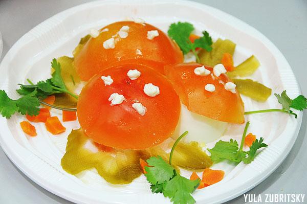 ביצה עם עגבניה בצורת פטריה. צילום:יולה זובריצקי