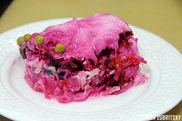 """סלט שובה - דג מלוח ב""""מעיל פרווה""""- ירקות מבושלים ומעל סלק ומיונז.צילום:יולה זובריצקי"""