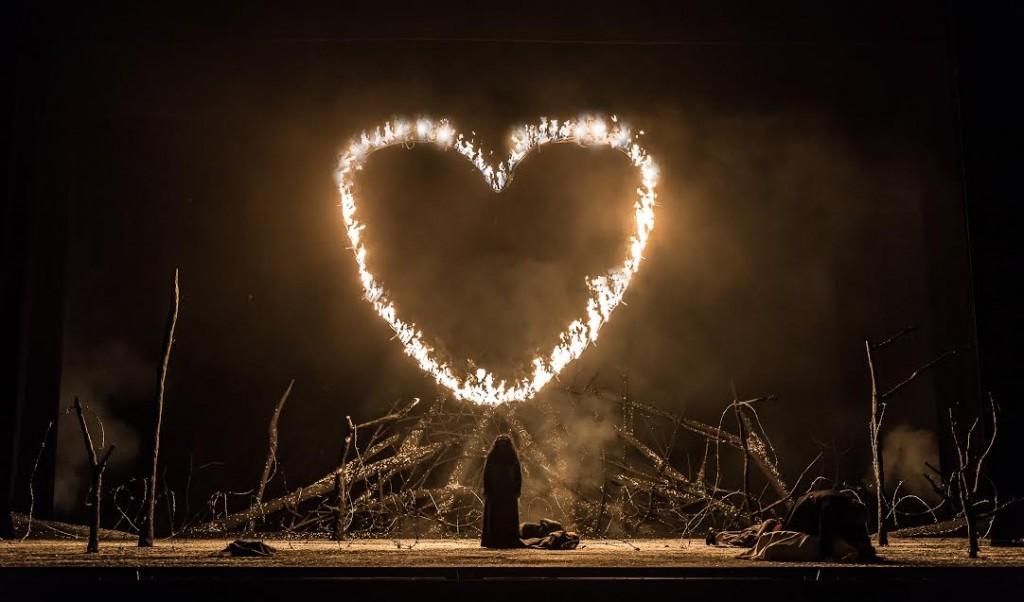 אזוצ'נה יראה מהאש, קרדיט Clive Barda