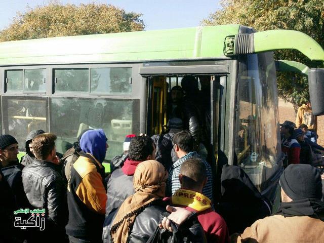 אזרחים מוסעים באוטובוס ירוק חזרה לקוניטרה (צילום: תקשורת ערבית)