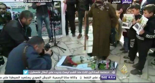 משפחת המחבל במסיבת עיתונאים (צילום מסך - אלג'זירה)