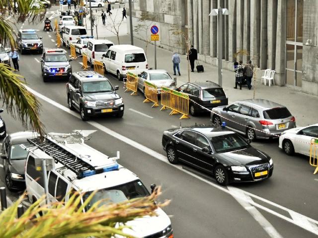 שיירת ראש הממשלה מגיעה לבית המשפט (צילום: רפי מיכאלי)