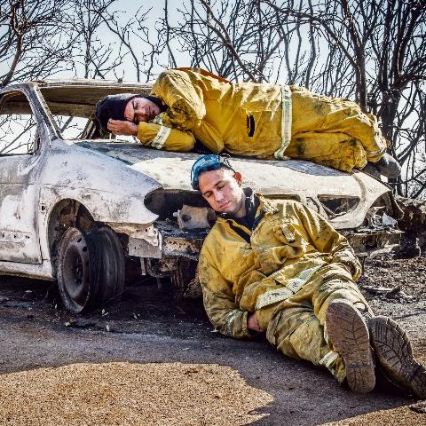 לוחמי האש נחים מעט בעת השריפות בכרמל (שגיא פלקס)