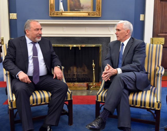 מצפה לראות את השגרירות האמריקנית בירושלים. ליברמן עם סגן הנשיא פנס (צילום: אריאל חרמוני/משרד הביטחון)