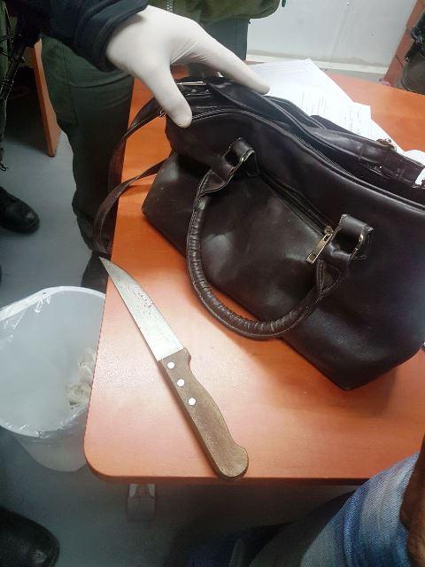 הסכין ותיק הדוקרת (צילום דוברות המשטרה)