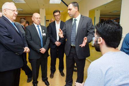 """שיא המדינה לצד מנכ""""ל המרכז הרפואי - קיבל הסבר באמצעות מתורגמן (צילום: סוכנות ג'יני )"""