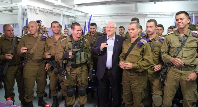 "הנשיא ריבלין וחיילי גדוד שקד (צילום: עמוס בן גרשון/לע""מ)"
