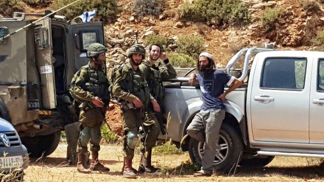 """ממתינים שצה""""ל יעיף את הפלסטינים ((צילום: זכריה סעדה)"""