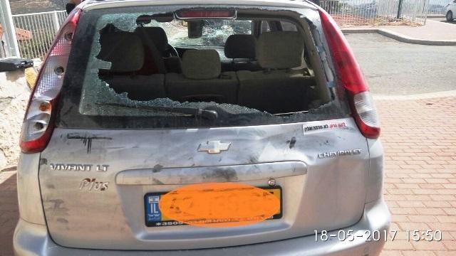 רכבו של המתנחל לאחר התקיפה (צילום: חוננו)