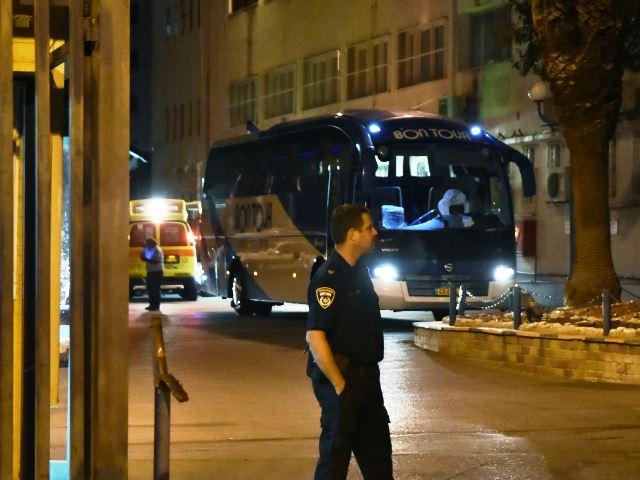 אוטובוס העצורים ליד תחנת פתח תקווה (צילום: רפי מיכאלי)