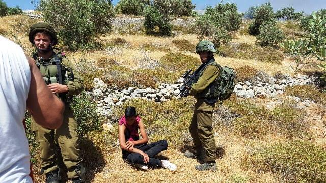 10 במאי - שוטרים וחיילים עוצרים פלסטיני  ומתעלמים מיידויי אבנים של מתנחלים (צילום: רבנים למען זכויות אדם - זכריה סדה)