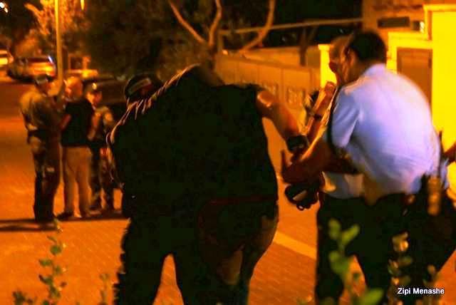 צלם מגפון בשניות המעצר - שוטר אחד חונק והשני שולף מידיו את המצלמה (צילום: ציפי מנשה)