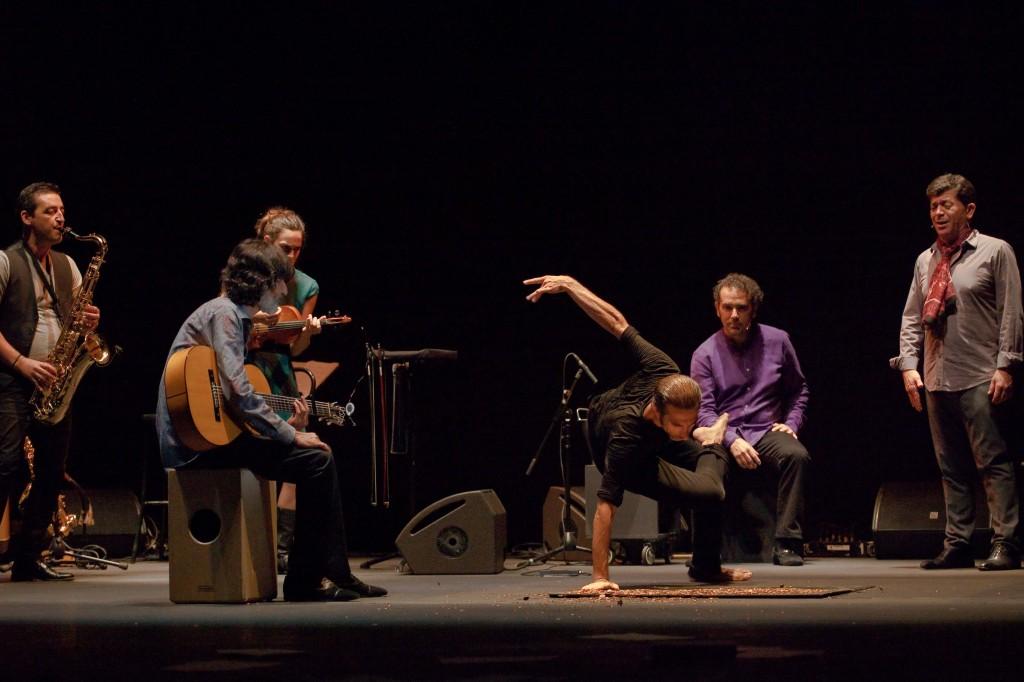 נגני הלהקה מפיקים צלילים ייחודיים מכל כלי, קרדיט Hugo Gumiel