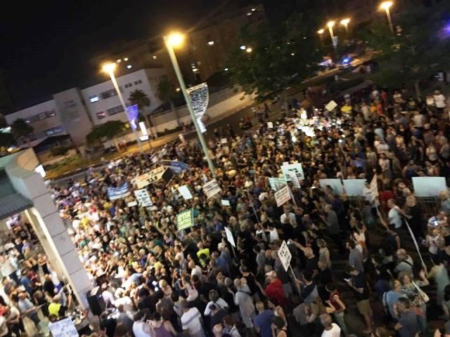 אלפים בפתח תקווה הערב (צילום: יוסי דורפמן)