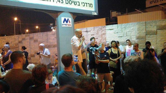 """עו""""ד דניאל חקלאי מול קהל מוחים בנס ציונה  (צילום Gera De Shalit)"""