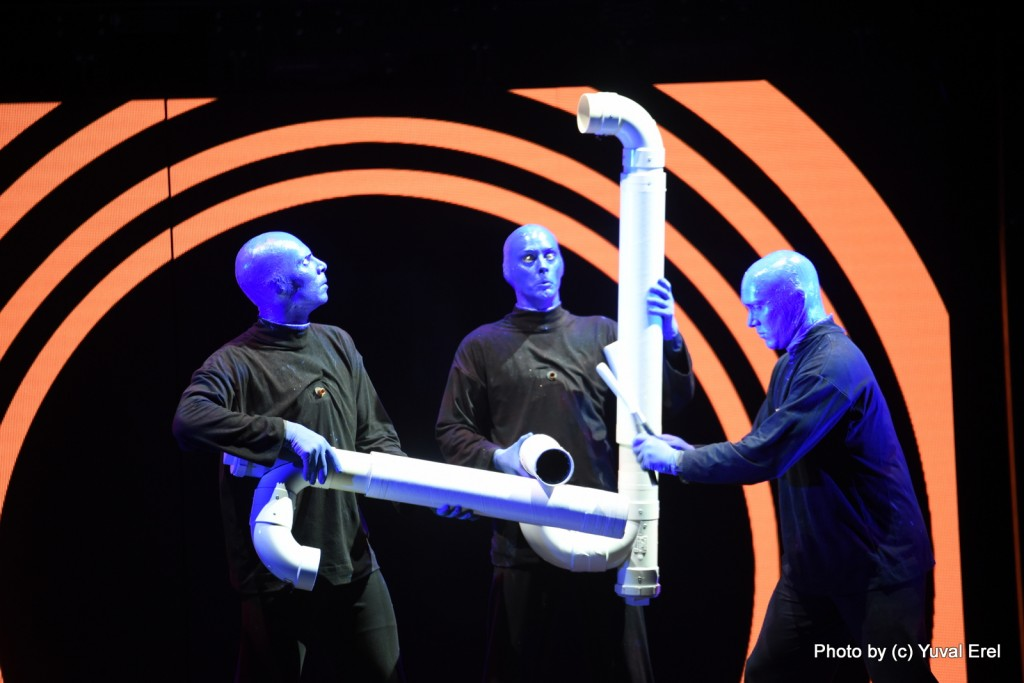 Blue Man Group משמחים את הצופים. צילום: יובל אראל