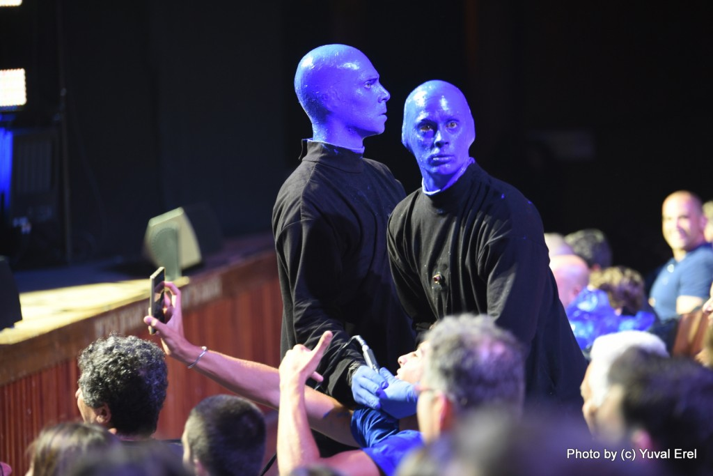Blue Man Group יוצרים אינטראקציה מקומית. צילום: יובל אראל