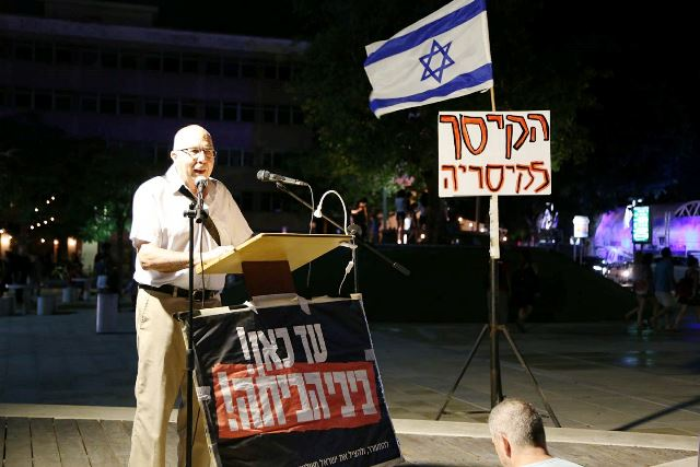 מוטי אשכנזי בהפגנה בכיכר רבין (צילום דן בר דב)