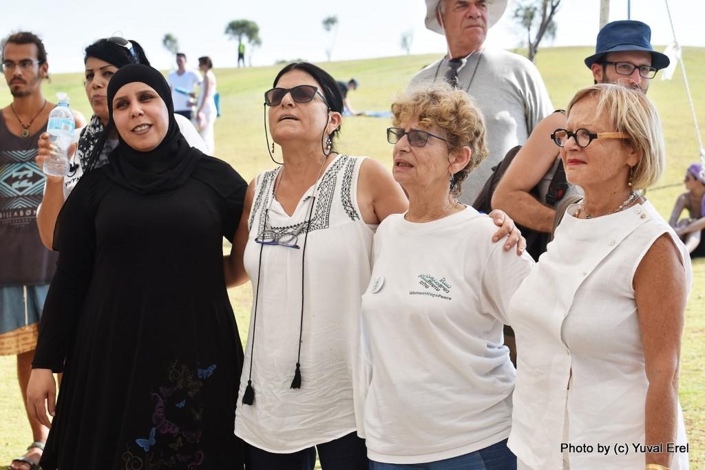 נשים יהודיות וערביות עושות שלום. צילום: יובל אראל