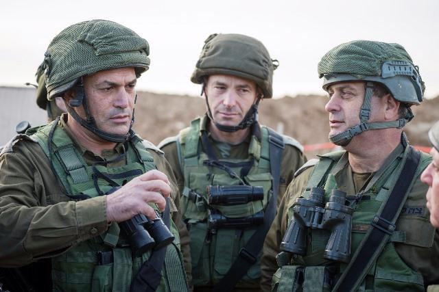 מימין לשמאל - מפקד אוגדת עזה יהודה פוקס, מפקד החטיבה הדרומית קובי הלר ואלוף פיקוד דרום אייל זמיר(צילום: דובר צהל)