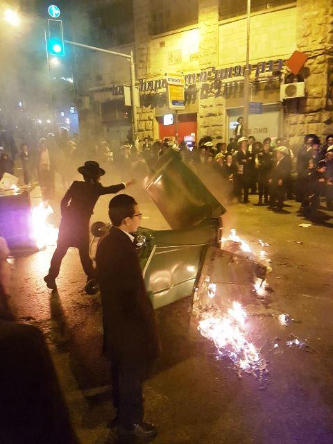 מוצאי שבת - חרדים מתפרעים בכיכר השבת