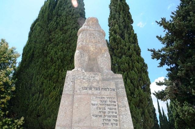 פסל האריה השואג בכפר גלעדי