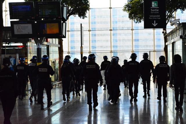 שוטרים בדרך לאוניברסיטה