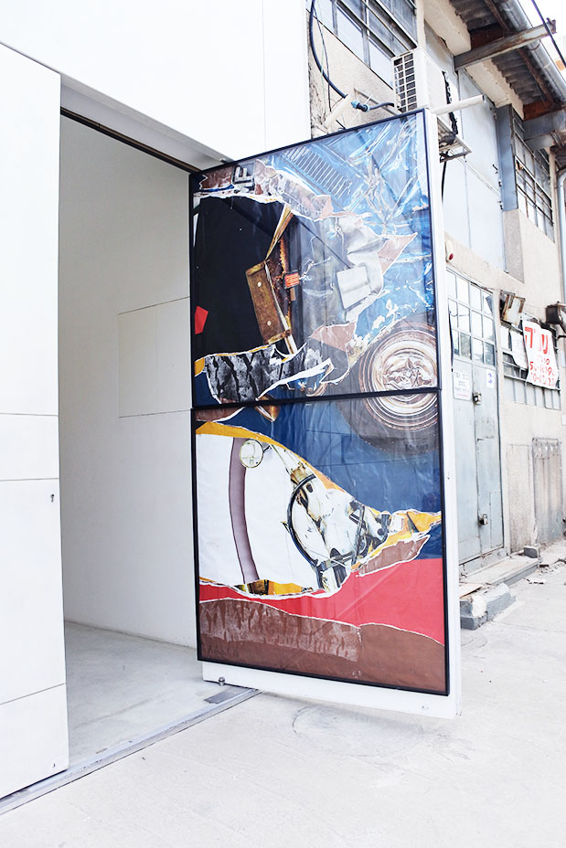 דלת הגלריה פתוחה לרווחה. הקולאז' משתלב עם הרחוב. הכל וכלום, רון ארד, 2018. צילום: מירה-בל גזית