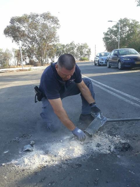 """חבלן משטרה מטפל באחד מהפצמ""""רים (צילום: דוברות משטרה)"""