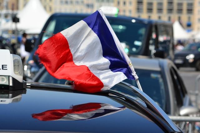 דגל צרפת על מונית
