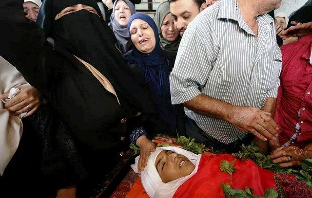 גופת אחמד אבו חבל בן ה 15 מבית להיא שבצפון הרצועה (צילום: אשף אבו עומרה)