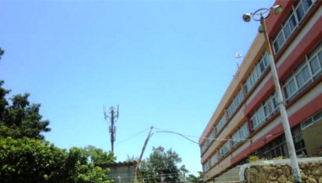 האנטנה בסמיכות לבית הספר - כעשרים מטרים בלבד מכתלי בית הספר (צילום באדיבות המפגינים)