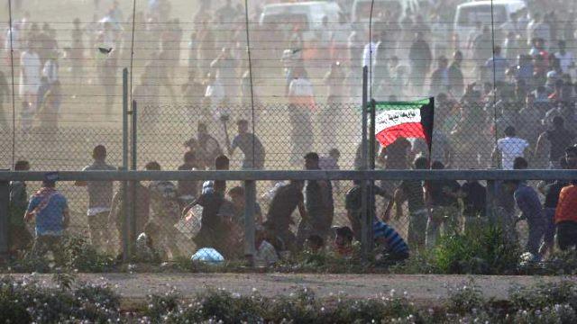 """מהומות אלימות על גדר המערכת (צילום ארכיון: דובר צה""""ל)"""