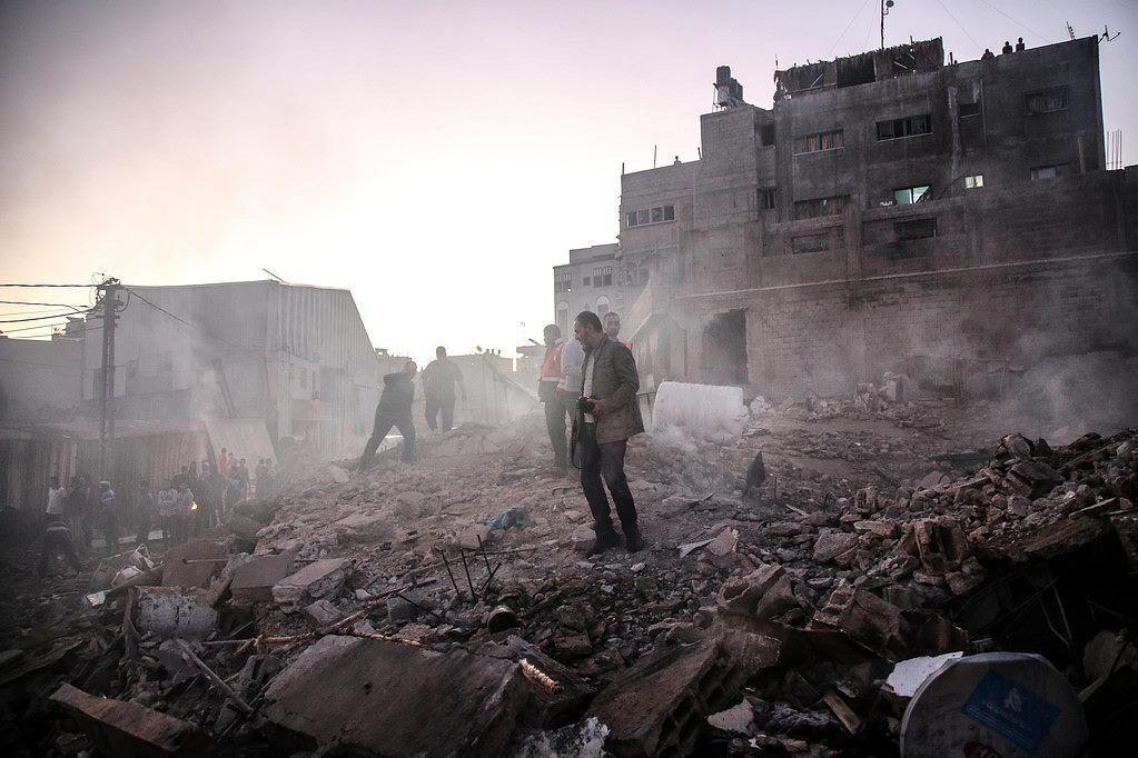 חורבות הבניין שהותקף (צילום: תקשורת ערבית)