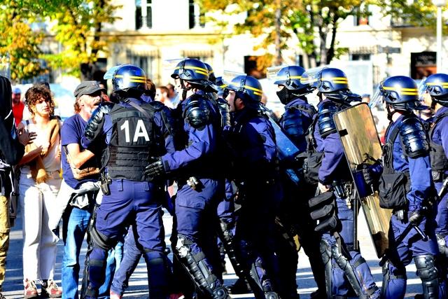 שוטרים תוקפים