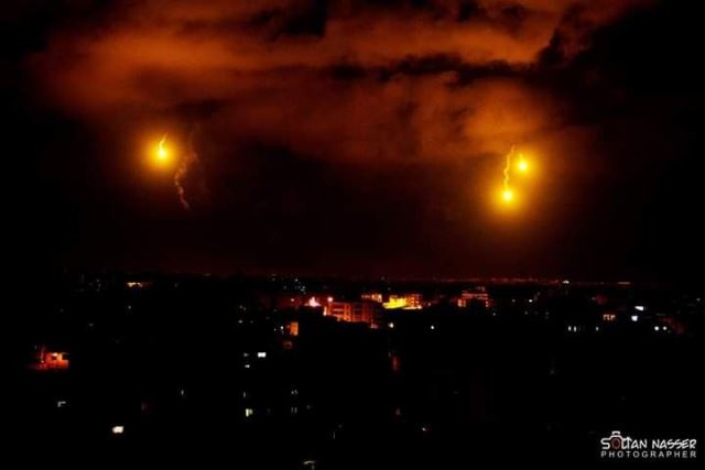 פצצות תאורה באיזור האירוע (צילום: תקשורת ערבית)