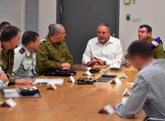 """ישיבת שר הביטחון  עם בכירי צה""""ל  (צילום: אריאל חרמוני משרד הביטחון)"""