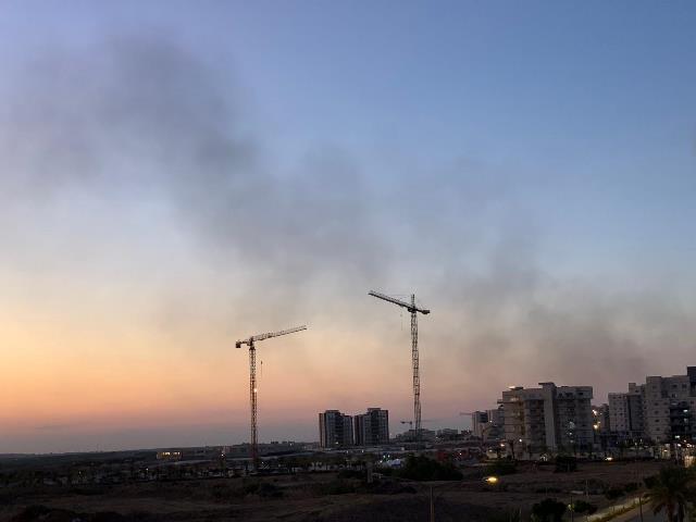 שמים מלאי עשן שובלי רקטות ונפילות - נתיבות הערב